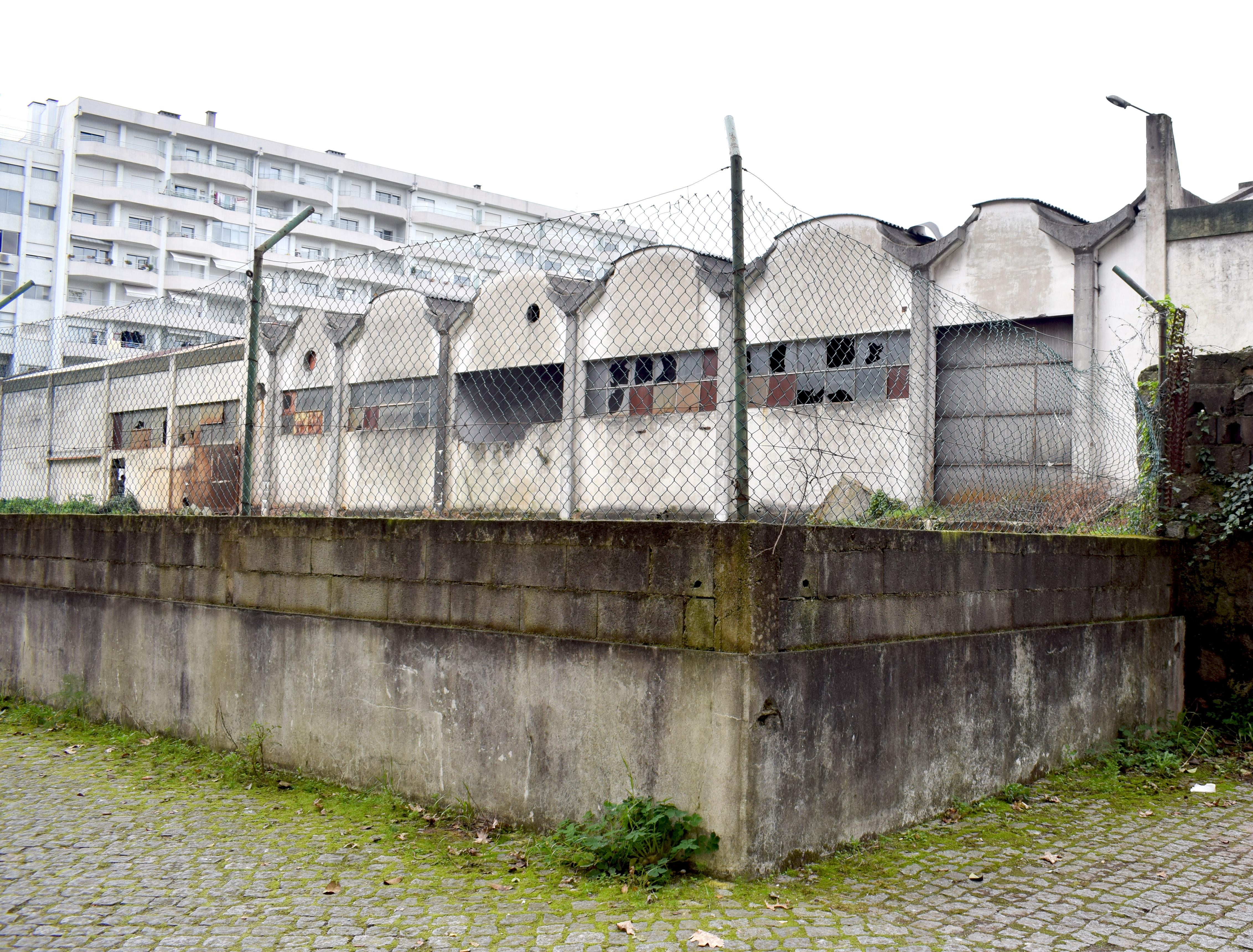 <h4>Sarotos Lateral1</h4><p>Figura 04: Destruição evidente no prédio da Sarotos, em Braga.</p>