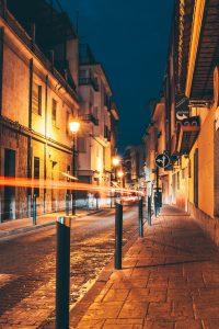 """A arte urbana entre ambientes: """"dobras"""" entre a cidade """"material"""" e o ciberespaço"""