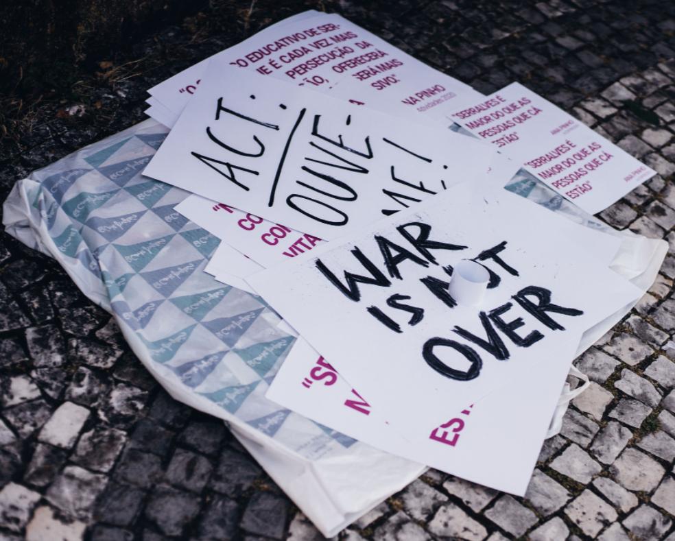 <h4>Imagem de Teresa Pacheco Miranda, retirada de https://www.publico.pt/2021/05/10/p3/noticia/nao-calo-exposicao-iscte-reune-cem-cartazes-protestos-1961872#&gid=1&pid=1</h4><p></p>