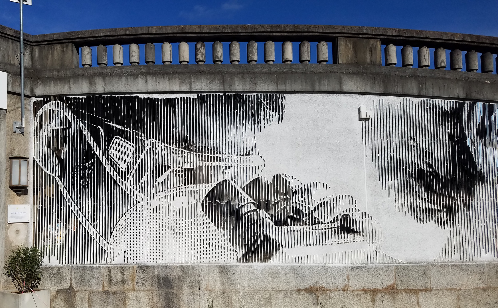 Retrieved from https://www.publico.pt/2021/09/23/p3/noticia/mural-espelhos-hospital-santa-maria-reflecte-profissionais-saude-utentes-1978380#&gid=1&pid=1